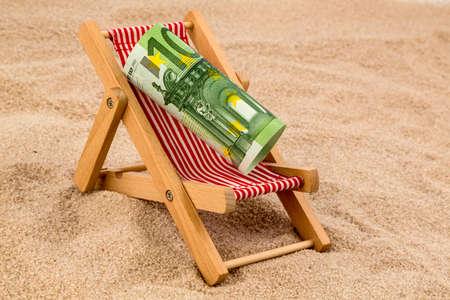 ユーロ紙幣のデッキチェア。節約に休暇および旅行のための象徴的な写真 写真素材