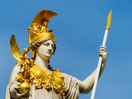 """diosa griega: el parlamento en viena, austria. con la estatua de """"Palas Atenea"""" la diosa griega de la sabiduría."""