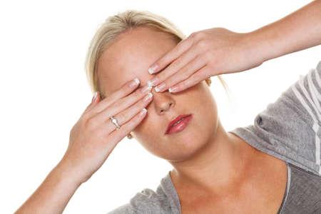 psique: una joven mujer que sostiene a su ojos foto simb�lica para no queremos ver y desplazamiento, as� como evitar las controversias