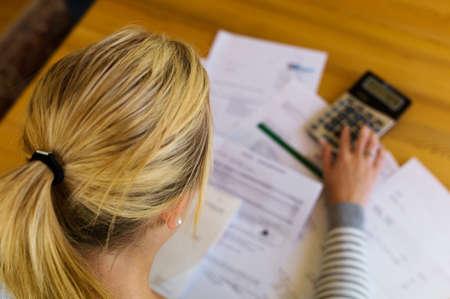 indebtedness: una donna con le fatture non pagate la disoccupazione ha molti debiti e fallimento personale