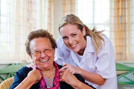 working at home: una enfermera de atenci�n domiciliaria visita a un paciente Foto de archivo