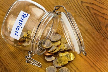 abastecimiento: monedas de oro en un tarro de mermelada de la provisi�n para la vejez es siempre menos pobreza en la pensi�n de jubilaci�n Foto de archivo