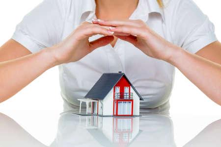 single familiy: casa est� protegida la mujer en la mano el modelo de casa Foto de archivo