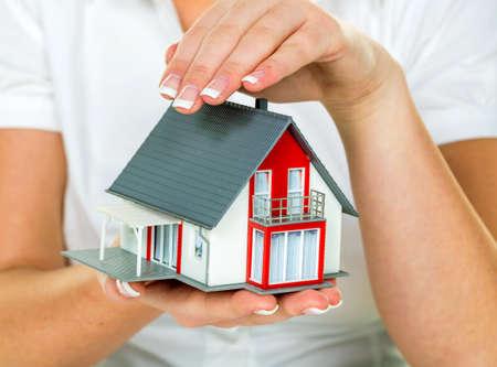 single familiy: un corredor de bienes ra�ces con una casa y un arrendamiento de �xito clave y propiedades en venta por parte de agentes de bienes ra�ces