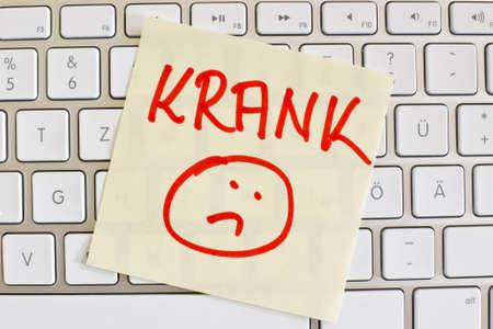 een plakbriefje staat op het toetsenbord van een computer als herinnering