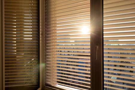 zum Schutz gegen Hitze und Sonnenschutz zu sch�tzen werden zu einem Fenster angebracht Lizenzfreie Bilder