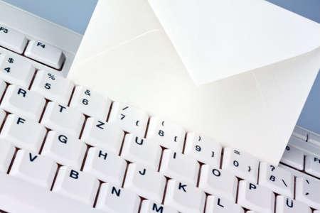 edv: la tastiera di un computer e una busta comunicazione via e-mail