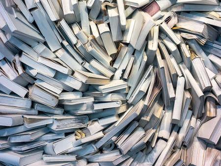 veel boeken zijn volledig messed up op een stapel Stockfoto