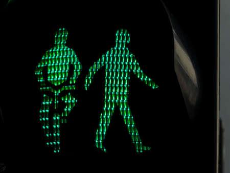 semaforo peatonal: semáforos para peatones y ciclistas en una acera o una luz verde carril bici
