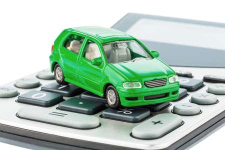 ein Auto ist auf einem Rechner Kosten für Benzin, Verschleiß und Versicherung Kfz-Kosten sind nicht durch Pendlerpauschale gezahlt