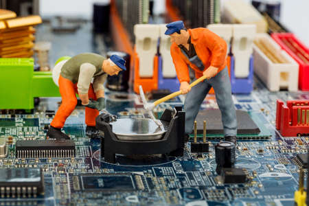コンピューター ボードと労働者は、コンピューターの故障、メンテナンス、データ セキュリティのためのシンボルの写真