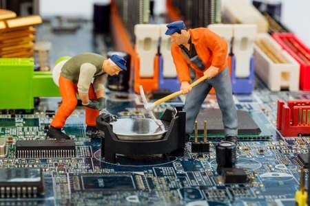 Computer-Board und Arbeitnehmern, Symbol Foto für Computer-Ausfall, Wartung, Datensicherheit