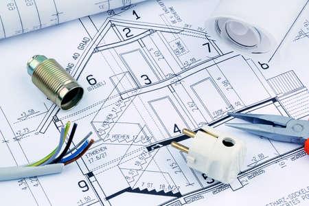 cables electricos: proyecto de un arquitecto para la construcción de una nueva casa residencial. Foto simbólica para la financiación y la planificación de una nueva casa.