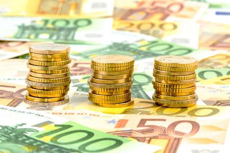clavados: tres pilas de monedas de dinero foto símbolo de la planificación financiera, la inversión y los ingresos por intereses