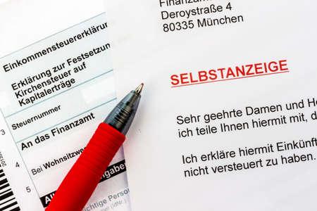 tratados: Foto simb�lica para una pantalla en s� mismo debido a la evasi�n de impuestos por parte de la oficina de impuestos en Alemania Foto de archivo