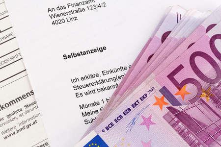 tratados: Foto simb�lica para una pantalla en s� mismo debido a la evasi�n de impuestos en la oficina de impuestos