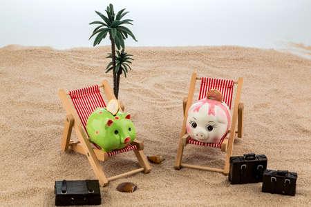 agencia de viajes: una alcancía se encuentra en una silla de cubierta. Foto simbólica para viajes y vacaciones de bajo coste Foto de archivo