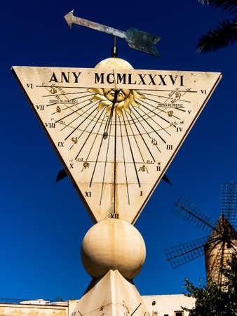 reloj de sol: un reloj de sol en la ciudad de Palma de Mallora, España.
