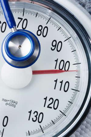 Stethoskop und Balance, Symbol Foto für Gewicht, Ernährung und Herzerkrankungen