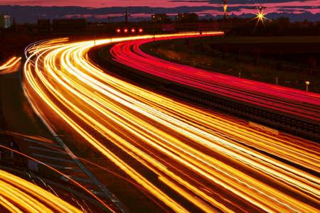 De nombreuses voitures roulent de nuit sur une route et créer des sentiers de la lumière. Banque d'images - 27683593