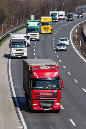 camion sulla strada principale. trasporto su strada per il trasporto merci. Archivio Fotografico