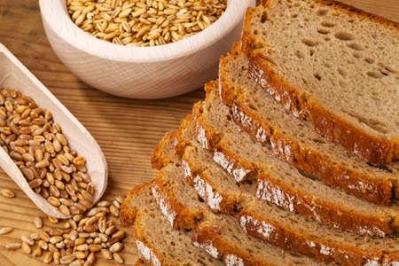 dieta sana: varias rebanadas de pan oscuro al lado del otro. dieta saludable.