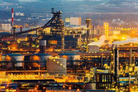 Oostenrijk, Oberösterreich, Linz. avond uitzicht van het industriegebied Stockfoto