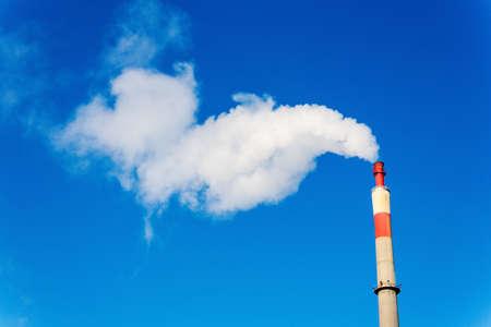 ózon: kémény egy ipari cég füsttel. Szimbolikus fotó környezetvédelem és az ózon. Stock fotó