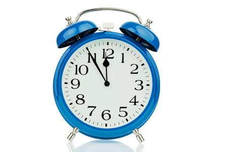 een blauwe wekker op een witte achtergrond. 11:55