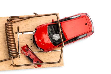 een model auto in een muizenval, symbolische foto voor autokosten en passiva Stockfoto