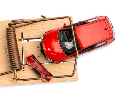 compromisos: un modelo de coche en una ratonera, foto simb�lica de los gastos y pasivos de autom�viles