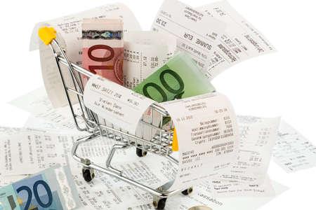 winkelwagentje, rekeningen en kwitanties, symbool foto voor koopkracht, consumptie en inflatie