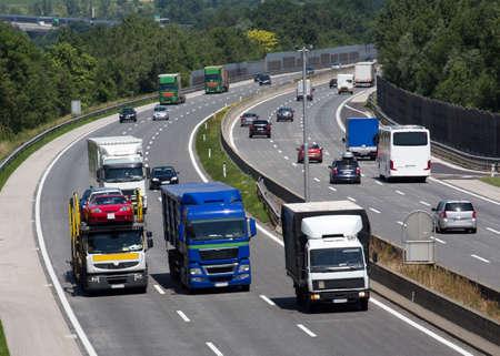 Lkw auf einer dreispurigen Autobahn. Symbolfoto für den Transport von Waren
