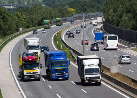 vrachtwagens op een snelweg met drie rijstroken. symbolische foto voor het vervoer van goederen
