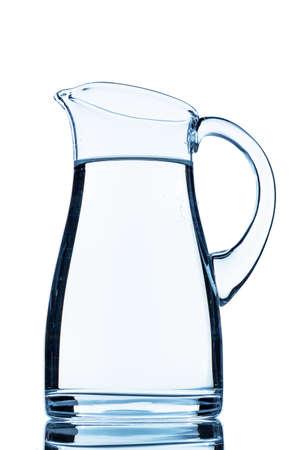 een kruik water, tegen een witte achtergrond, symbool foto voor drinkwater, de vraag naar water en het verbruik Stockfoto