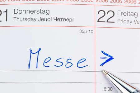 expositor: una fecha se introduce en un calendario: Feria