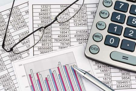 계산기 수치는 통계입니다 대차 대조표에 있습니다. 매출, 이익과 비용에 대한 사진 아이콘입니다.