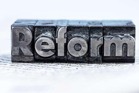 """het woord """"hervorming"""" in lood brieven geschreven. symbolische foto voor snelle correspondentie"""