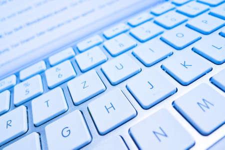 edv: la tastiera di un computer di fronte a una schermata