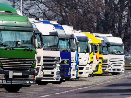 vrachtwagens op de snelweg Stockfoto