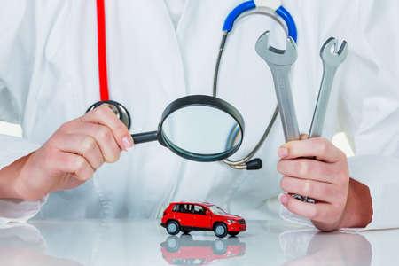 een model van een auto wordt onderzocht door een arts Stockfoto
