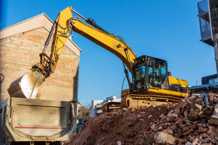 excavadora en una obra de construcción durante la demolición de una casa