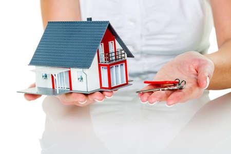 ein Makler für Immobilien mit einem Haus und einem Schlüssel. erfolgreiche Vermietung und zum Verkauf von Immobilienmaklern.