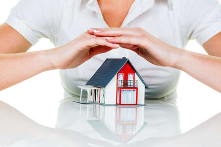 single familiy: una mujer protege su casa y el hogar. un buen seguro y de buena reputaci�n en calma financiaci�n.