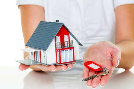 Un mediatore immobiliare con una casa e una chiave. locazione di successo e immobili in vendita da agenti immobiliari. Archivio Fotografico - 30263351