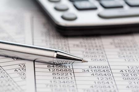 Une calculatrice est sur un bilan chiffres sont des statistiques. photo icône pour les ventes, les bénéfices et les coûts. Banque d'images - 30263779