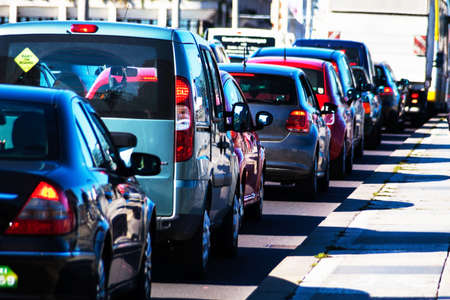 ruido: en punta coches de tr�fico horas atasco en una carretera en el centro de la ciudad. problemas en el tr�fico urbano Foto de archivo