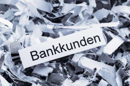 sigilo: papel picado marcados com os clientes dos bancos, s�mbolo foto para a destrui��o de dados, dados do cliente e do sigilo banc�rio