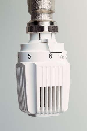 ordenanza: el termostato de un radiador está alto. habitación alta temperatura ocasionan altos costos de energía