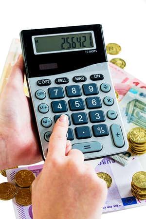 omzet: hand met rekenmachine en rekeningen. symbolische foto voor de omzet, winst, belastingen en kosten Stockfoto